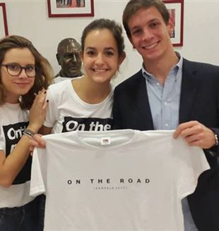"Gaia (en el centro) con una de las camisetas ""On the road"""
