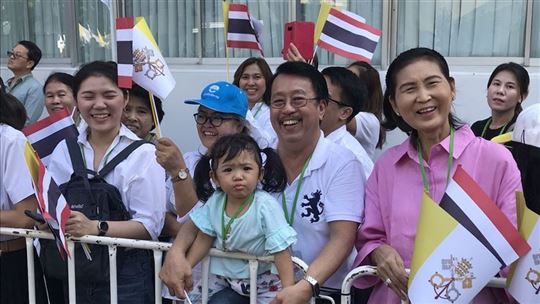 Esperando en las calles de Bangkok (foto: Papal Flight Press Pool)